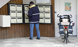 Un facteur distribuant le courrier